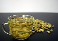 Um copo do chá branco em uma tabela preta fotografia de stock royalty free