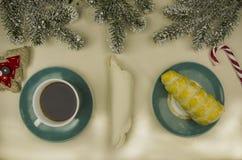 Um copo do chá com um bolo Imagem de Stock Royalty Free