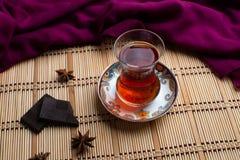 Um copo do chá com chocolate ilustração do vetor