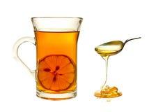 Um copo do chá com limão imagens de stock royalty free