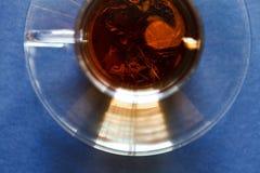 Um copo do chá com mármores Vista superior Imagens de Stock Royalty Free