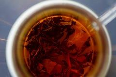 Um copo do chá com mármores Vista superior Imagens de Stock
