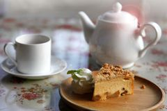 Um copo do chá com o tarte de maçã caseiro para o petisco da tarde com estilo acolhedor que vive na casa inglesa da casa de campo imagens de stock royalty free