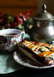Um copo do chá com uma torta de mirtilo imagem de stock royalty free