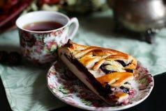 Um copo do chá com uma torta de mirtilo fotografia de stock