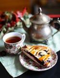 Um copo do chá com uma torta de mirtilo imagens de stock royalty free