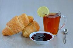 Um copo do chá da manhã Imagens de Stock