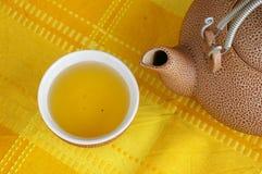 Um copo do chá e de um tea-kettle Fotos de Stock Royalty Free