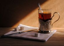 Um copo do chá em um suporte de copo bonito, ainda vida na estrada Imagens de Stock Royalty Free