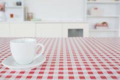 Um copo do chá em um tablecloth fotos de stock