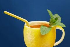 Um copo do chá feito do limão natural com folhas de hortelã Composição criativa no tema do chá natural Imagens de Stock