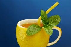Um copo do chá feito do limão natural com folhas de hortelã Composição criativa no tema do chá natural Fotos de Stock Royalty Free