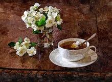 Um copo do chá do jasmim da manhã Ainda-vida rústica Aquarela molhada de pintura no papel Arte ingénua Aquarela do desenho no pap ilustração stock