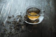 Um copo do chá no ébano fotos de stock royalty free