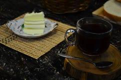 Um copo do chá preto imagens de stock royalty free