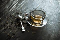 Um copo do chá preto com colher imagem de stock royalty free
