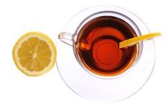 Um copo do chá preto com limão Imagem de Stock