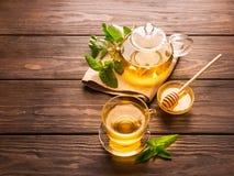 Um copo do chá quente fresco com hortelã em um fundo de madeira escuro O conceito de comer saudável Copie o espaço imagens de stock