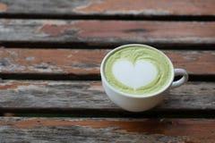 Um copo do ch? verde do leite quente imagens de stock