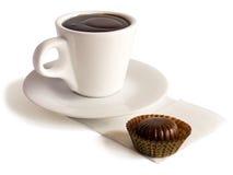 Um copo do chocolate quente e de um bombom imagem de stock royalty free