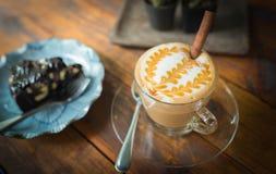 Um copo do latte e do bolo do café Fotografia de Stock Royalty Free