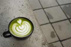 Um copo do latte do matcha do chá verde fotografia de stock