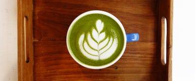 Um copo do latte do matcha do chá verde imagens de stock