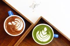 Um copo do latte do matcha do chá verde e copo do café da arte do latte imagem de stock royalty free