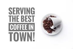 """Um copo no """" branco do fundo e da mensagem que """"Serving o melhor café no  do †do  do town†fotos de stock royalty free"""