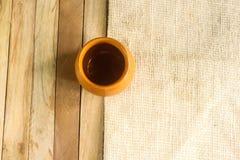 Um copo vazio com madeira e esteira do fundo Foto de Stock