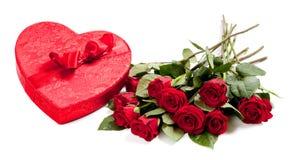 Um coração completamente dos doces e das rosas no branco imagem de stock royalty free