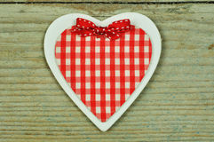 Um coração de madeira em um fundo de madeira Imagens de Stock