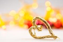 Um coração do Natal da palha no fundo branco fotografia de stock royalty free
