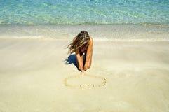 Um coração em uma areia fotos de stock royalty free