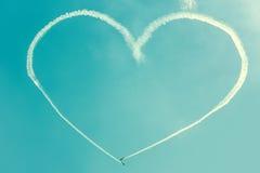 Um coração no céu azul dos planos Fotos de Stock Royalty Free