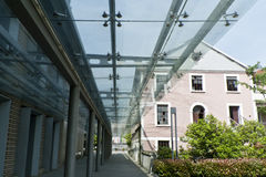 Um corredor com teto de vidro fotografia de stock royalty free