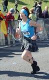 Um corredor compete maratona 2012 do rock and roll de Edimburgo na meia fotos de stock royalty free