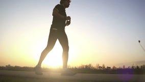 Um corredor para depois que dar uma corrida para ter um sorvo da água e continua andando vídeos de arquivo
