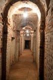Um corredor subterrâneo sombrio longo que conduz à nenhumaa parte fotografia de stock