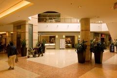 Um corredor telhado em um shopping Imagens de Stock