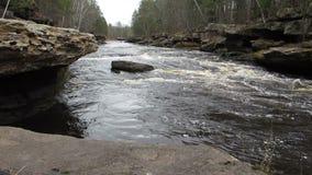 Um corte do rio através da pedra vídeos de arquivo