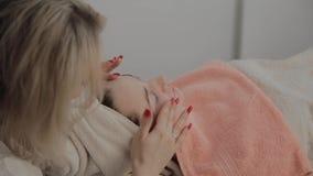 Um cosmetologist profissional faz um procedimento da massagem de cara antes de aplicar uma m?scara Novo conceito na cosmetologia vídeos de arquivo