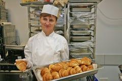 Um cozinheiro chefe da mulher na cozinha Imagens de Stock Royalty Free