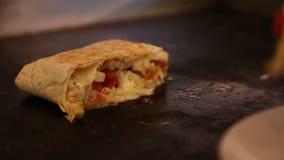 Um cozinheiro chefe deve cozinhar o alimento de Mexican no restaurante, nos tacos e nos quesadillas no cooktop filme