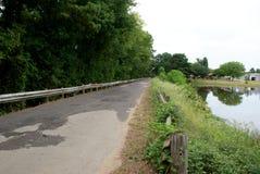 Um cruzamento de estrada de uma pista um lago privado em Quitman Texas do leste foto de stock