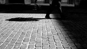 Um cruzamento masculino o pavimento vídeos de arquivo