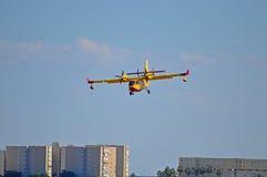 Um curto decola e aterra aviões na aproximação final Imagem de Stock Royalty Free