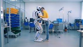 Um cyborg e uma mulher estão abraçando-se e o sorriso filme