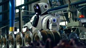 Um cyborg trabalha com detalhes, usando a chave de fenda elétrica video estoque