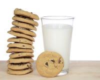 Um dúzia cookies dos pedaços de chocolate empilhadas precariamente Imagens de Stock